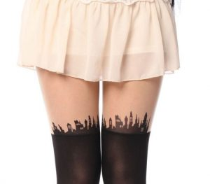 açık renkli kıyafet altına dövmeli çorap