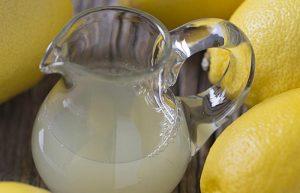 Limon suyu ile takı temizleme yöntemi