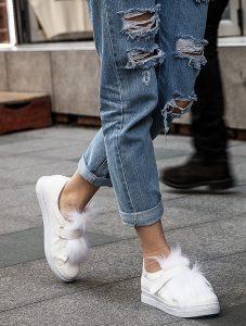 beyaz süslü spor ayakkabı